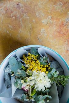 Весенний букет, мимоза и нарциссы, в цветочном горшке