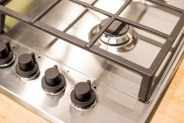 Металлическая газовая плита на современной кухне