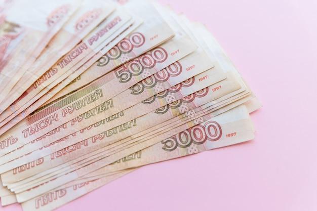 Российские рубли веер на розовом
