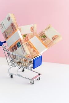 Российский рубль веер в мини-корзине на розовом