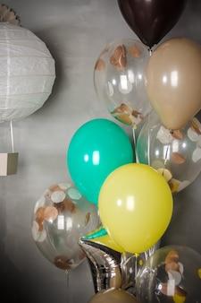 誕生日パーティーのための装飾のようなヴィンテージ気球と紙飛行船。