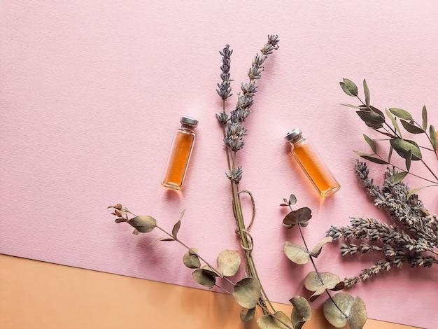 白い壁の上面のモックアップに自家製スパのラベンダーとオレンジ、レモンの自然派化粧品。