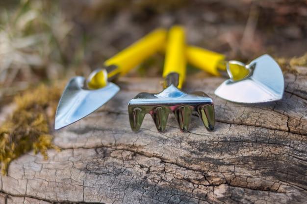 園芸工具園芸工具熊手とすくい。家庭用機器。子供のためのガーデニングツール。春が来る。セレクティブフォーカス。コピースペース