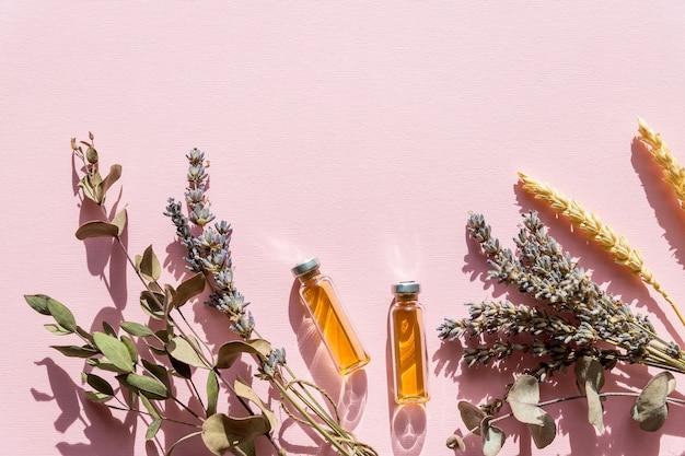 ラベンダーとオレンジ、白い背景の上面に自家製スパのレモンと自然派化粧品。上面図
