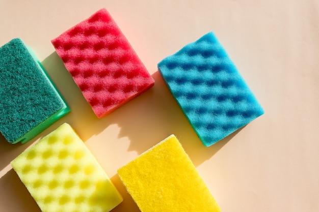 Поролон губка для чистки и мытья посуды. губки для мытья и чистки. моющие средства для уборки или дезинфекции помещения.