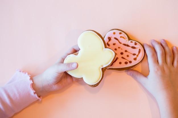 Пекарня ручной работы, печенье укладка на стол. покрашенные, украшенные маленькие, маленькие печенья. дети украшают пряники для мамы. счастливый день матери