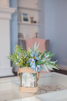 ガラステーブルの上に花瓶の春の花