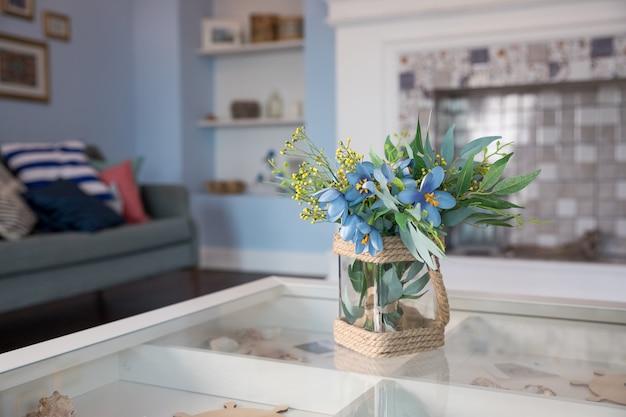 小さなテーブルの上のガラスの花瓶の春の花