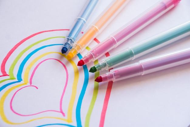 Красочный рисунок сердца маркерами