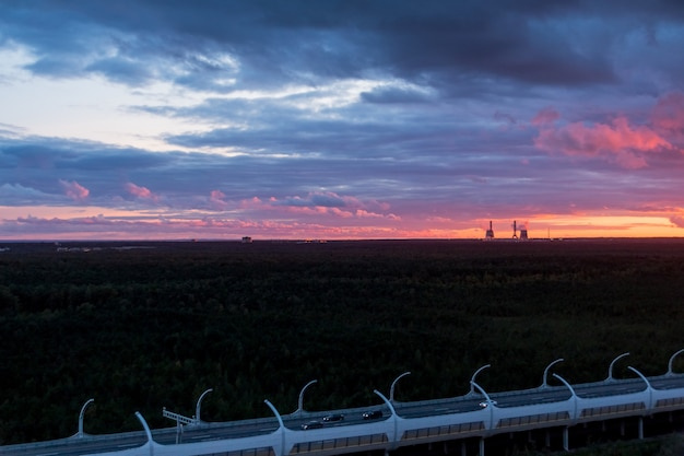 工業地帯の色鮮やかな夕焼けの夜景