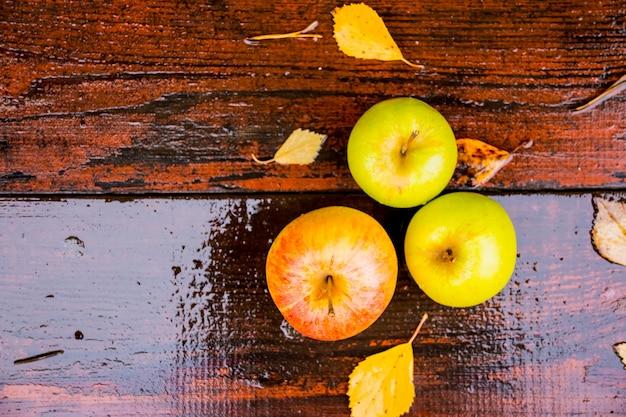 水滴で覆われた黄金のリンゴのトップビュー