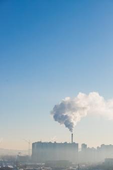 Дым из трубы. загрязнение окружающей среды, экология. городская индустриальная картина.
