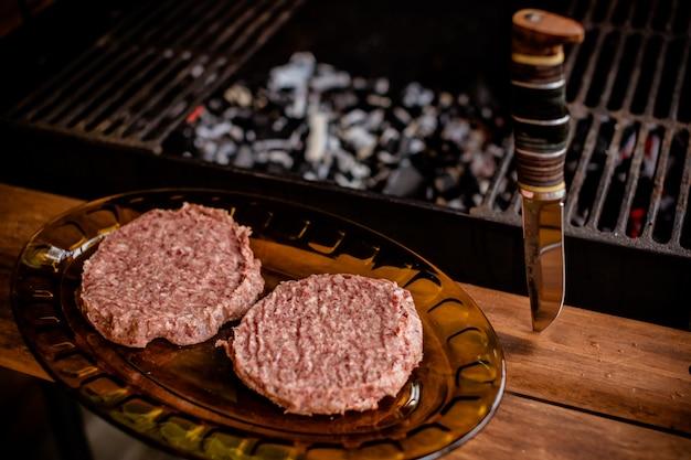屋外バーベキューで炭の上の盛り合わせ美味しい肉
