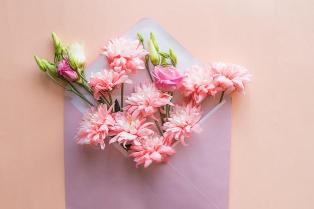 白春チューリップの花の花束とギフトボックス。赤いサテンのリボンで飾られた母の日やイースターチューリップの束。花のボーダーデザイン。