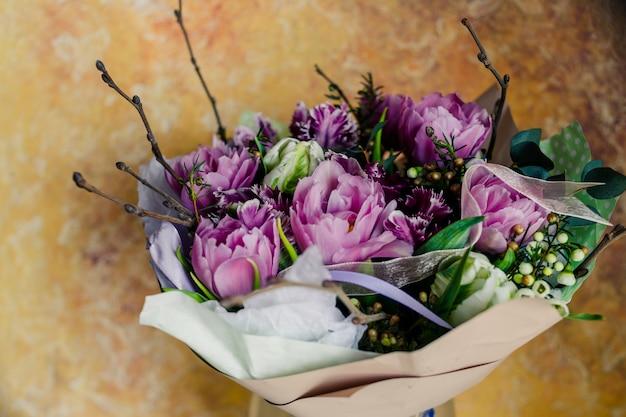 二重ピンクの牡丹チューリップ、美しいピンクのチューリップドラムライン。ピンクの牡丹の開花二重チューリップ。休日のための色とりどりの花。