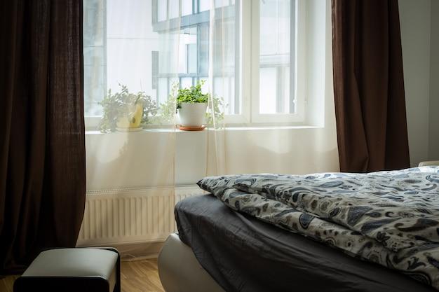 Яркий интерьер спальни с широкой кроватью.