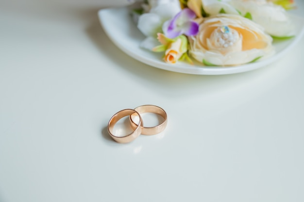 結婚指輪、ブライダルアクセサリー。花とゴールドの結婚指輪