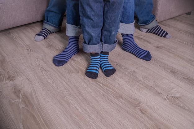 靴下の中の足。ブルージーンズ、ブルーソックスの人々。人の足、体の部分。