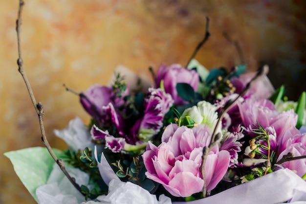 花束。生花牡丹、チューリップ、ユリ、アジサイ。
