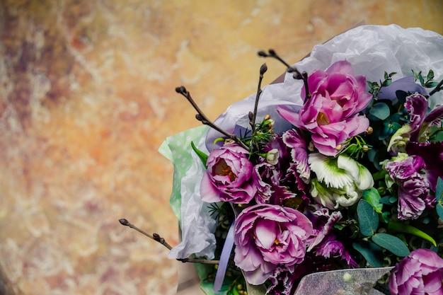 生花花束。牡丹、チューリップ、ユリ、アジサイ