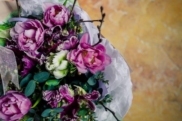 ピンクの花結婚式の招待状のデザイン。