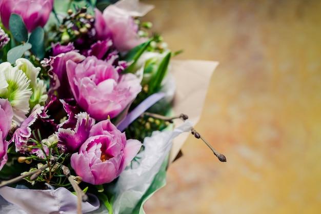 花束。牡丹、チューリップ、ユリ、アジサイ。