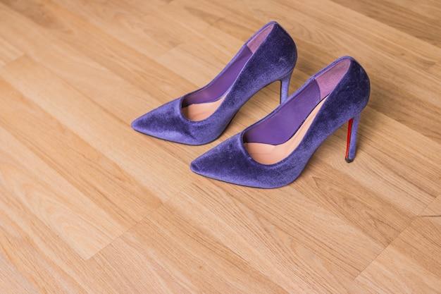 紫色のベルベットの靴は木にかかと。美しいファッションの優雅さと豪華なハイヒールの靴。流行の女性用ベルベットポンプ