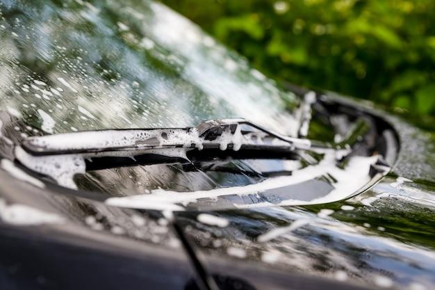 石鹸と水で覆われた自動車。