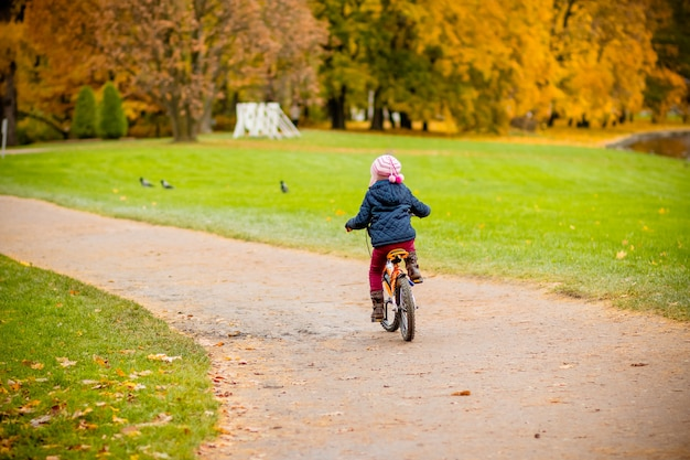 子供が公園で自転車に乗る。