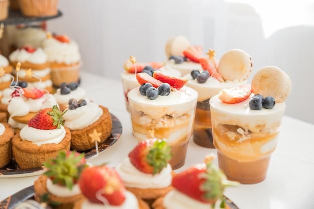 Вкусный сладкий буфет с десертами