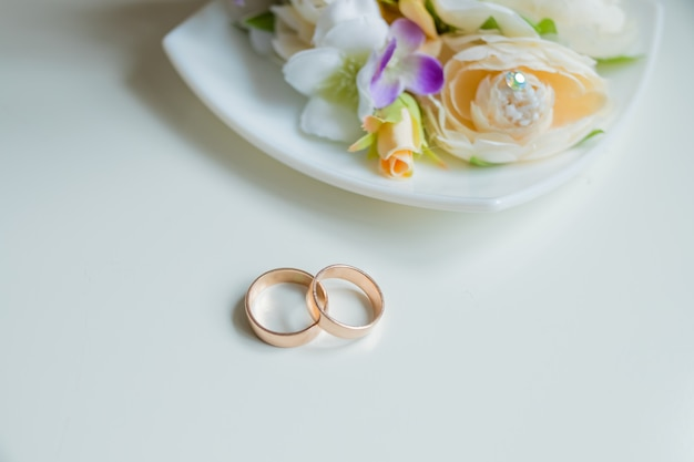 結婚指輪、美しい花束、ブライダルアクセサリー