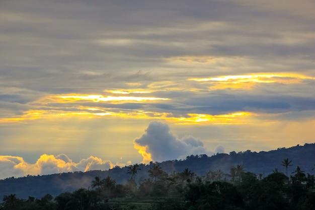 朝の日の出の棚田