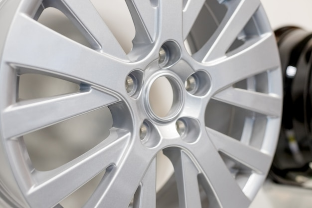 Автомобильное колесо из легкого сплава. полированная хромированная автомобильная оправа.