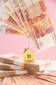 お金と家で作られた階段のある不動産手形