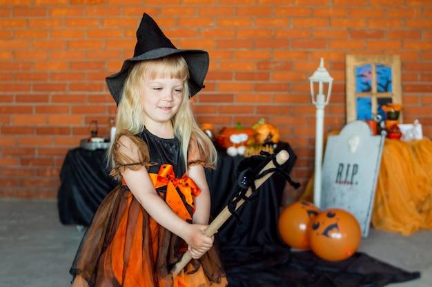 Блондинка в костюме в стиле хэллоуина