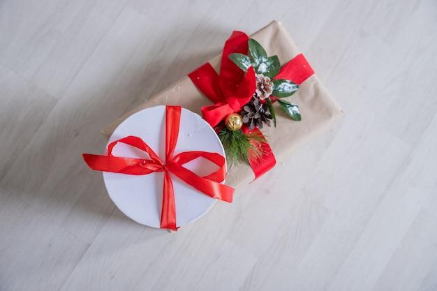 Рождественские подарки на деревянных фоне.
