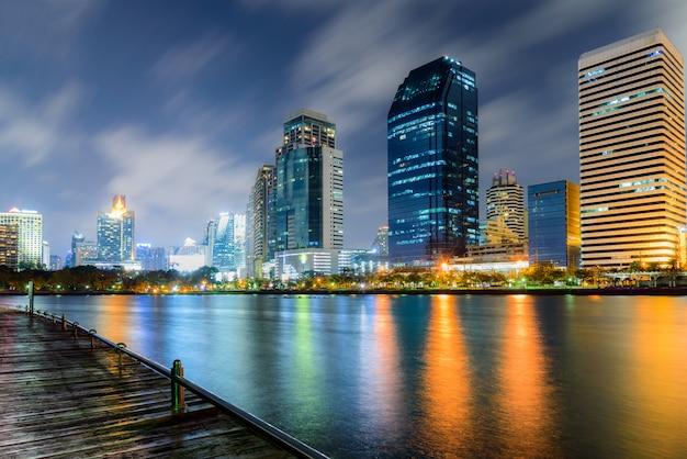 湖の光の反射のカラフルなバンコクタイの夜の街並み