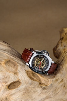 木材に置かれた高級男の腕時計
