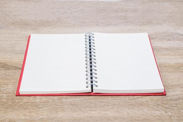 木製のテーブルに日記やメモ帳を開きます。