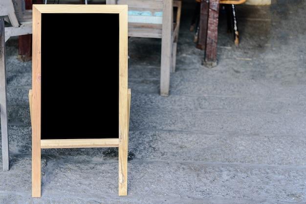 Деревянная черная доска для рекламы или написания меню кафе или ресторана.