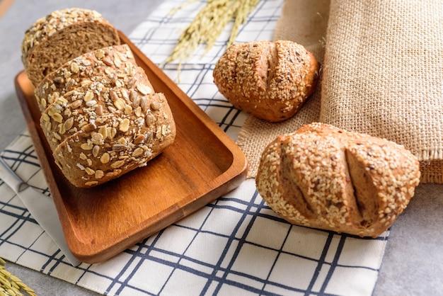 自家製全粒小麦ライ麦パン