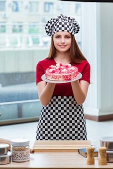 若い主婦の台所でケーキを焼く