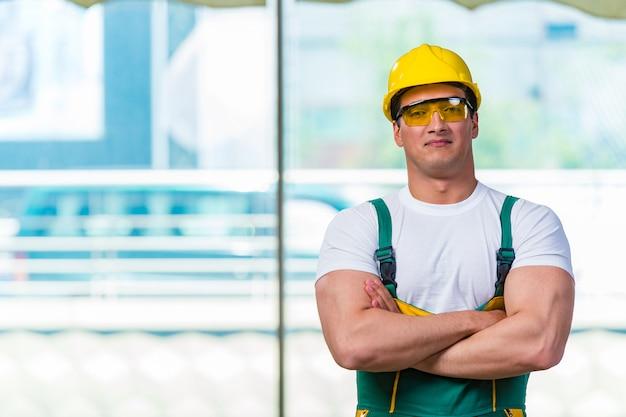 現場で働く若い建設労働者
