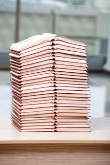 本のスタックは事務机を配置
