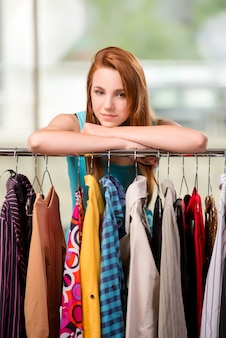 女性のお店で服を選ぶ