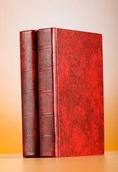 赤い表紙の本と教育の概念