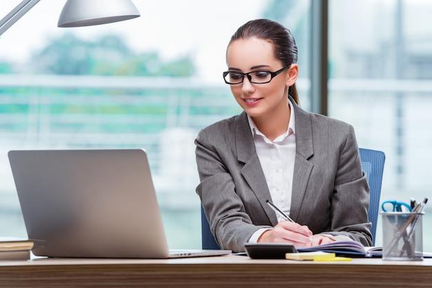 Молодой помощник работает в офисе
