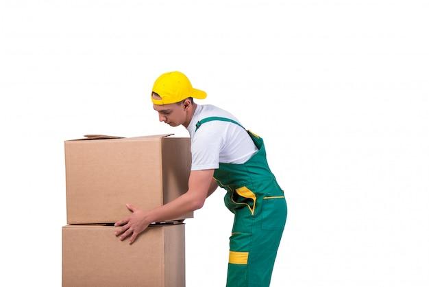 若い男が白で隔離カートとボックスを移動