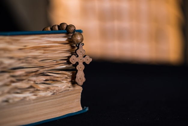 Библия и крест в религиозной концепции