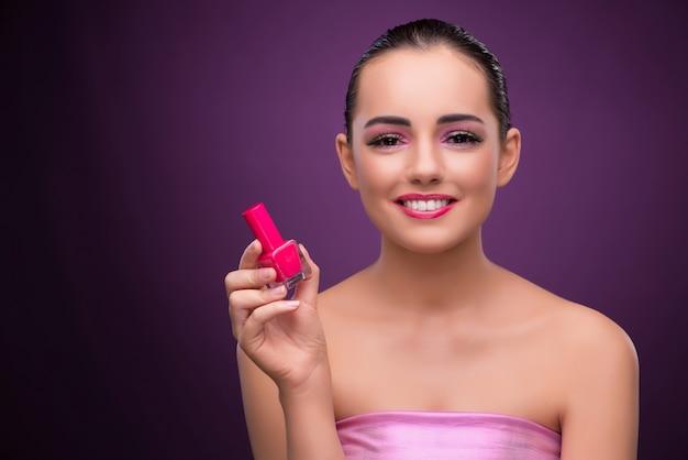 Женщина с трубкой помады в концепции красоты